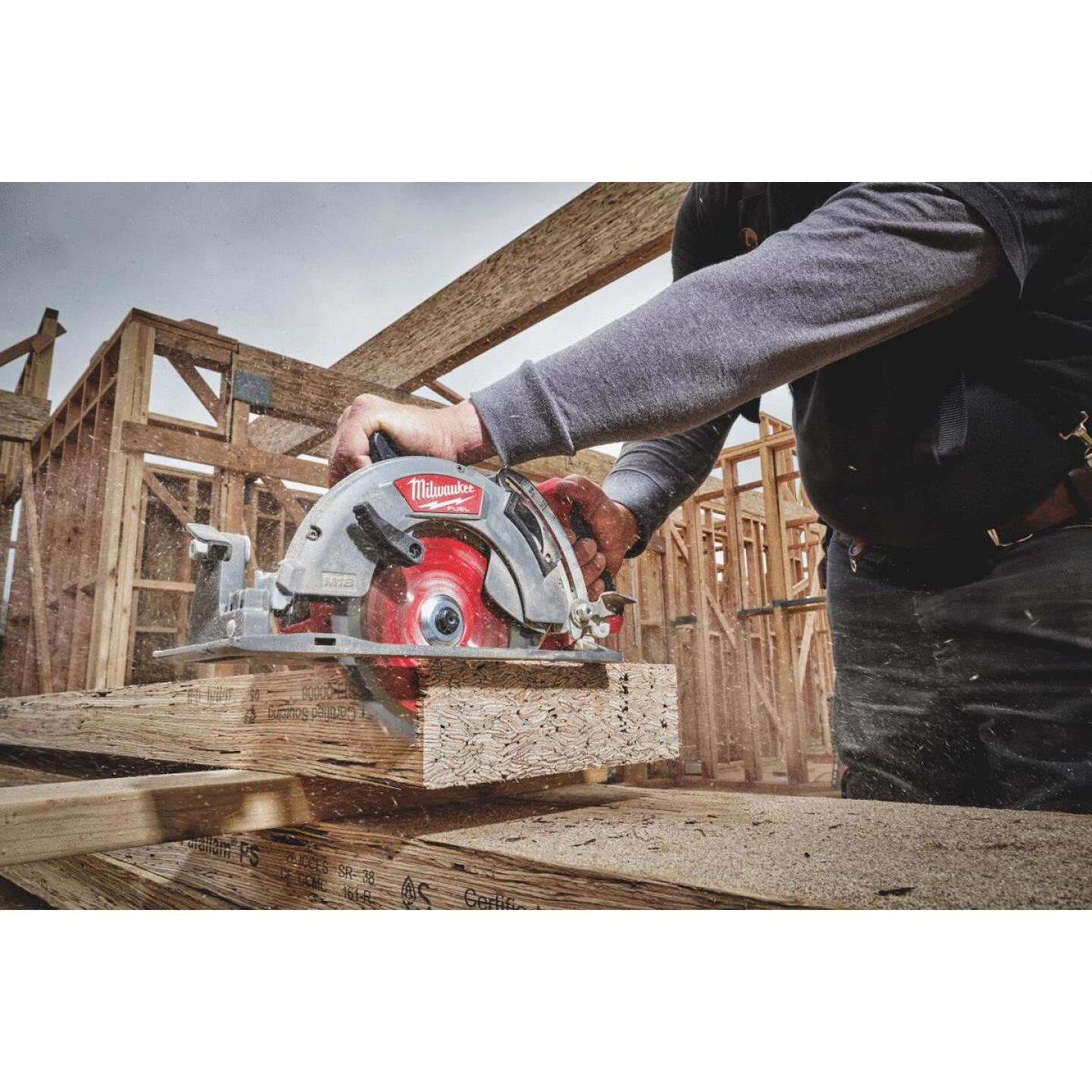 Milwaukee M18 FUEL 18 Volt Lithium-Ion Brushless 7-1/4 In. Cordless Circular Saw w/Rear Handle Kit Image 1